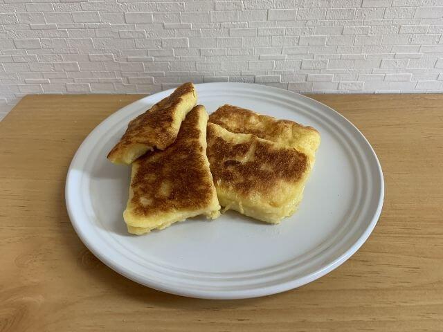 お皿に乗ったフレンチトーストの写真